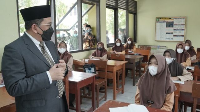 Wamenag Zainut Tauhid Sa'ai saat meninjau PTMT di MAN 1 Tasikmalaya, Sabtu (25/9/2021)